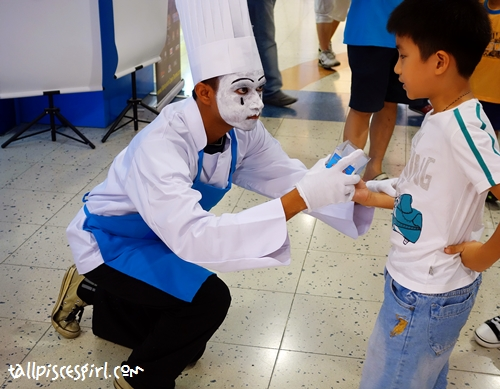 Mime: Marry me maybe? Kid: With just a cupcake?! HELL NO!