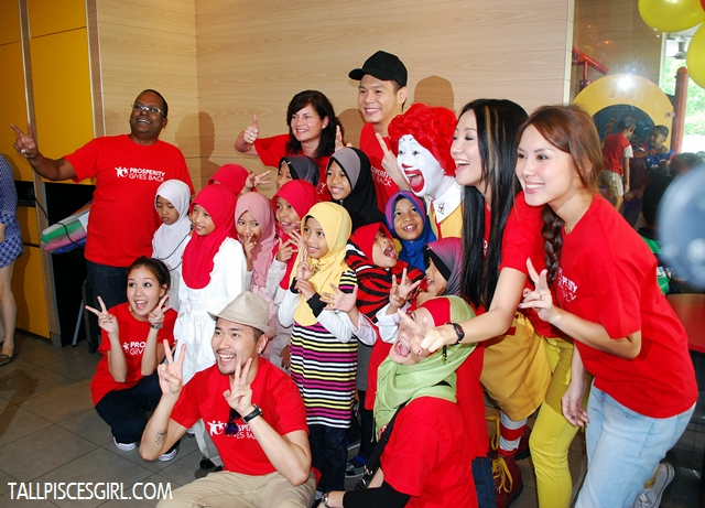 Kids from Pusat Jagaan Rumah Kesayangan with Ronald and the celebrities! Check out the kids' expression looking at Ronald!