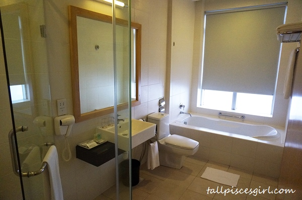 World Club Room @ Tower 2 - Toilet & Bath tub